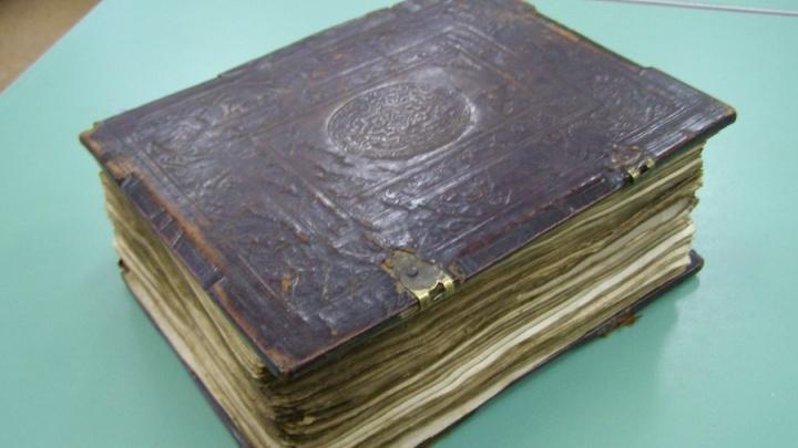 Нашли на чердаке: в Новосибирске показали древнюю книгу, исписанную ребёнком