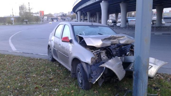 «Припаркованный в столб»: аварийный комиссар обнаружил на площади Будагова такси без водителя