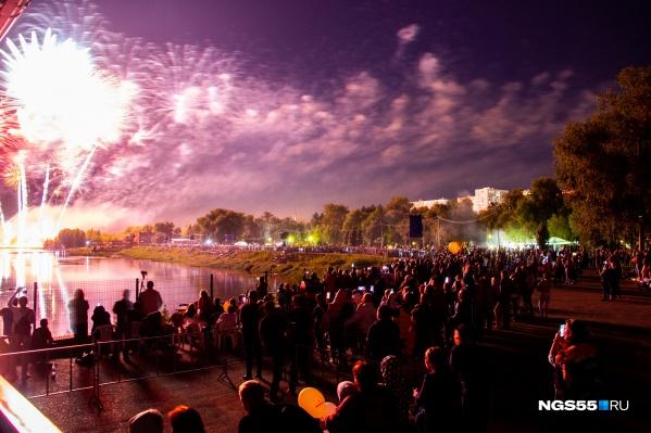 В течение двух часов небо над городом озарялось жёлтыми, зелёными, розовыми переливами фейерверков