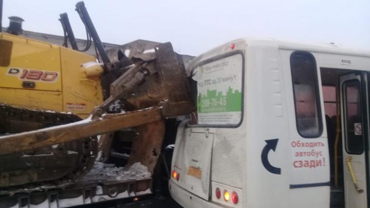 «Пассажир, сидевший сзади, родился в рубашке»: в Березовском грузовик протаранил автобус