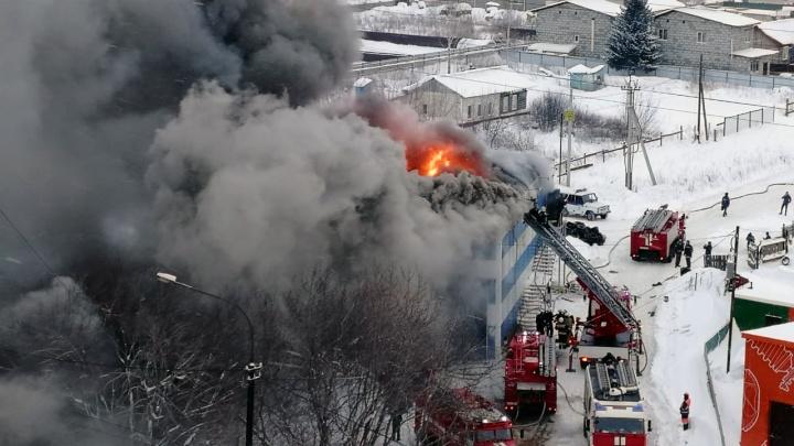 Небо чёрное от дыма: на СТО загорелся склад с покрышками