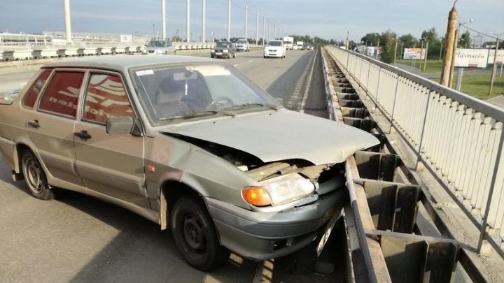Фейсом об рельсу: машина челябинки поскользнулась на рассыпанном по дороге гравии