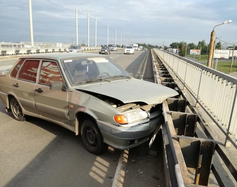 Машину бросило на рельс и сильно помяло