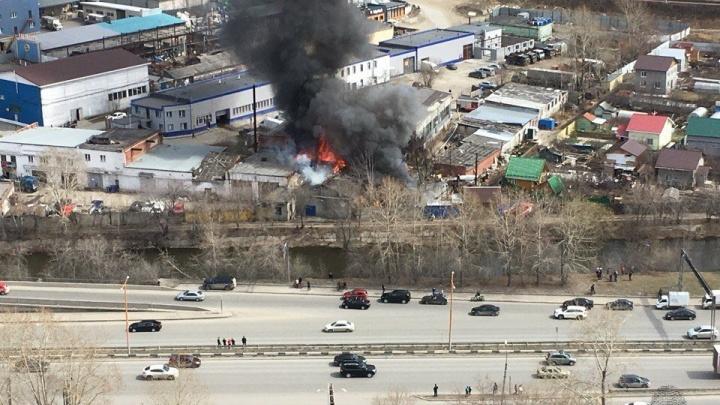 На Луганской огонь охватил здание, расположенное в промзоне