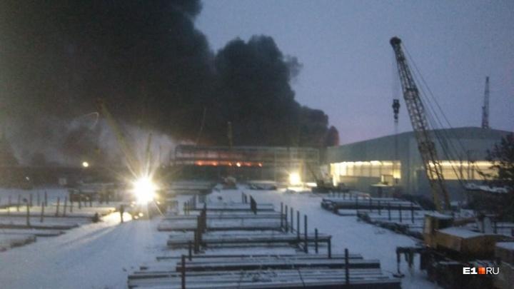 В Большом Истоке — крупный пожар: загорелся склад резинотехнических изделий