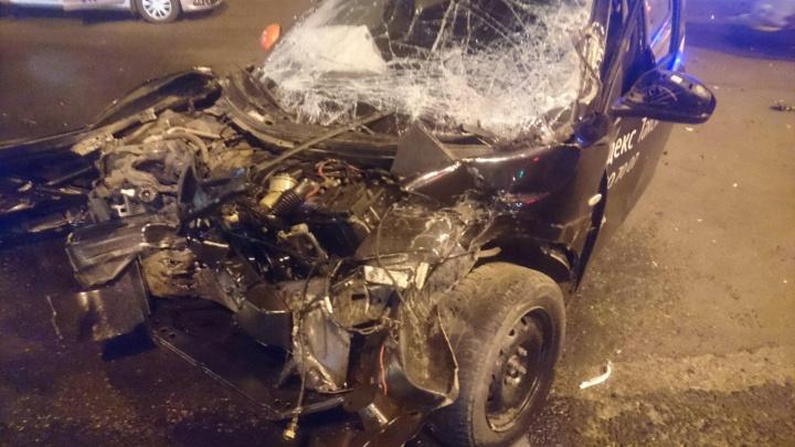 На оживлённом перекрёстке в Челябинске такси разбилось в столкновении с фурой