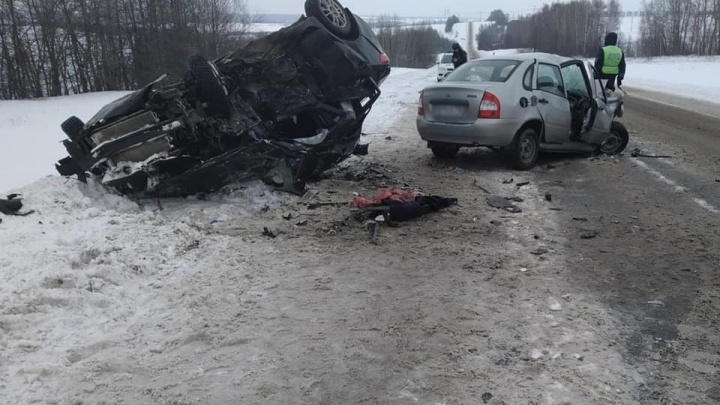 Женщина погибла в лобовом столкновении «Киа» и «Калины» в Башкирии