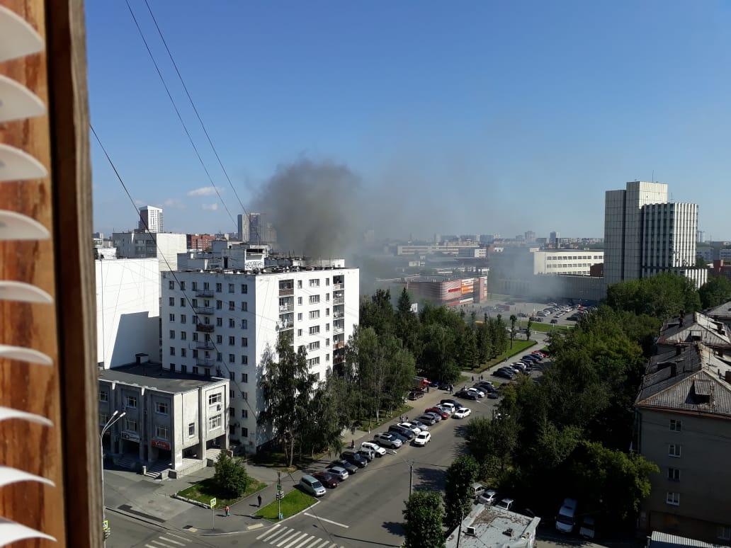 Дым от пожара был заметен за многие кварталы от места ЧП