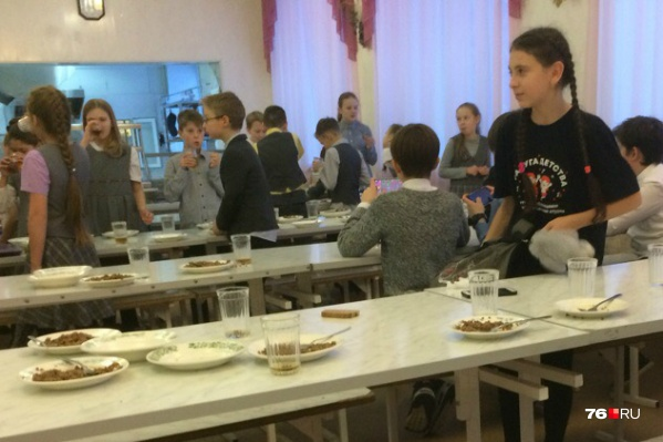 Теперь ярославские школьники могут выбирать себе завтраки: с кашей или хот-догом