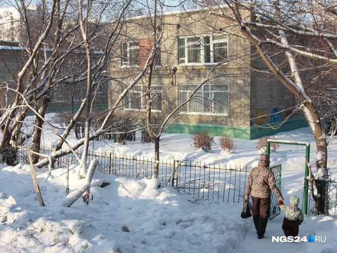 Заведующая детского сада вКрасноярске забыла ребёнка около мусоропровода
