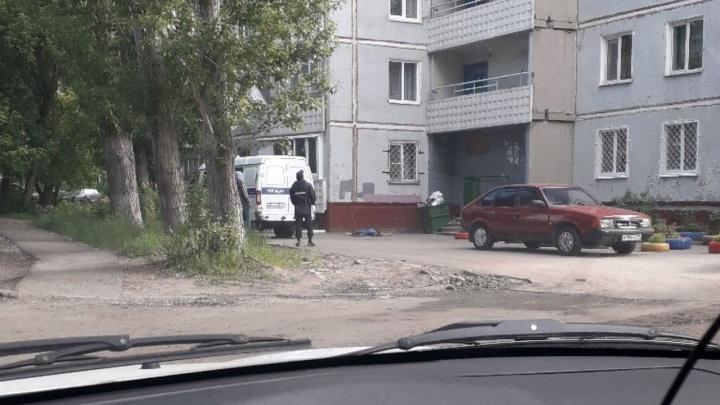 Утром на Волгоградской с балкона 14-этажного дома выпал пожилой омич