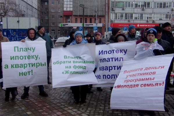 К началу митинга в сквере на Орджоникидзе собралось около полутора сотен человек