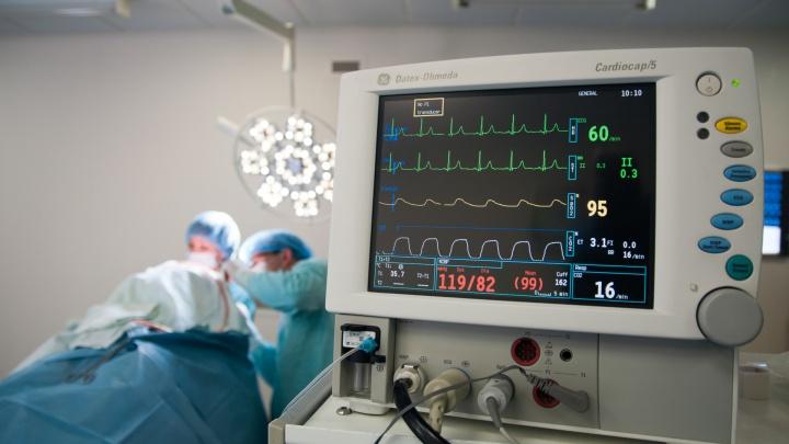 «Днем лечила, вечером мыла полы»: врачи о низких зарплатах и подпольных криптовалютчиках в медцентре