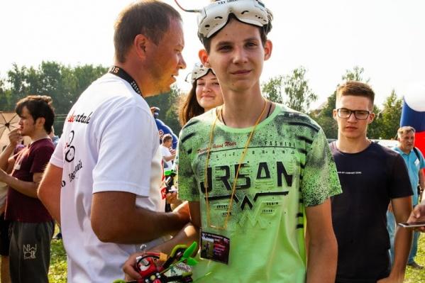 16-летний Александр Ганин (второй справа) умеет управлять квадрокоптером на высокой скорости