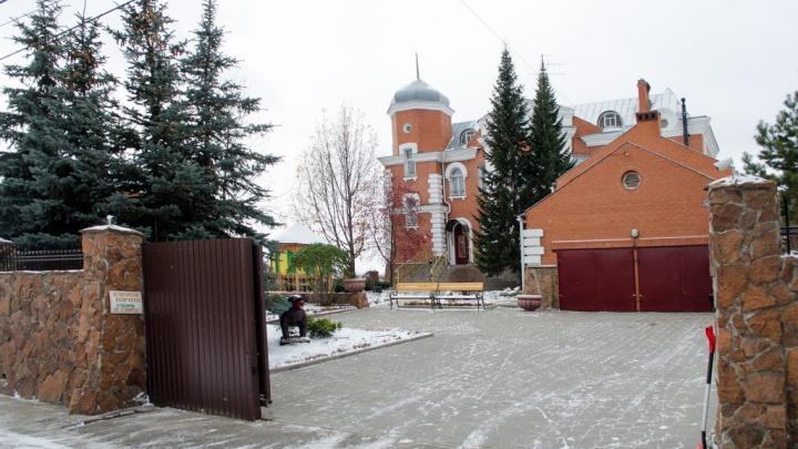 В Старом Кировске продают коттедж с куполом и статуей медведя во дворе