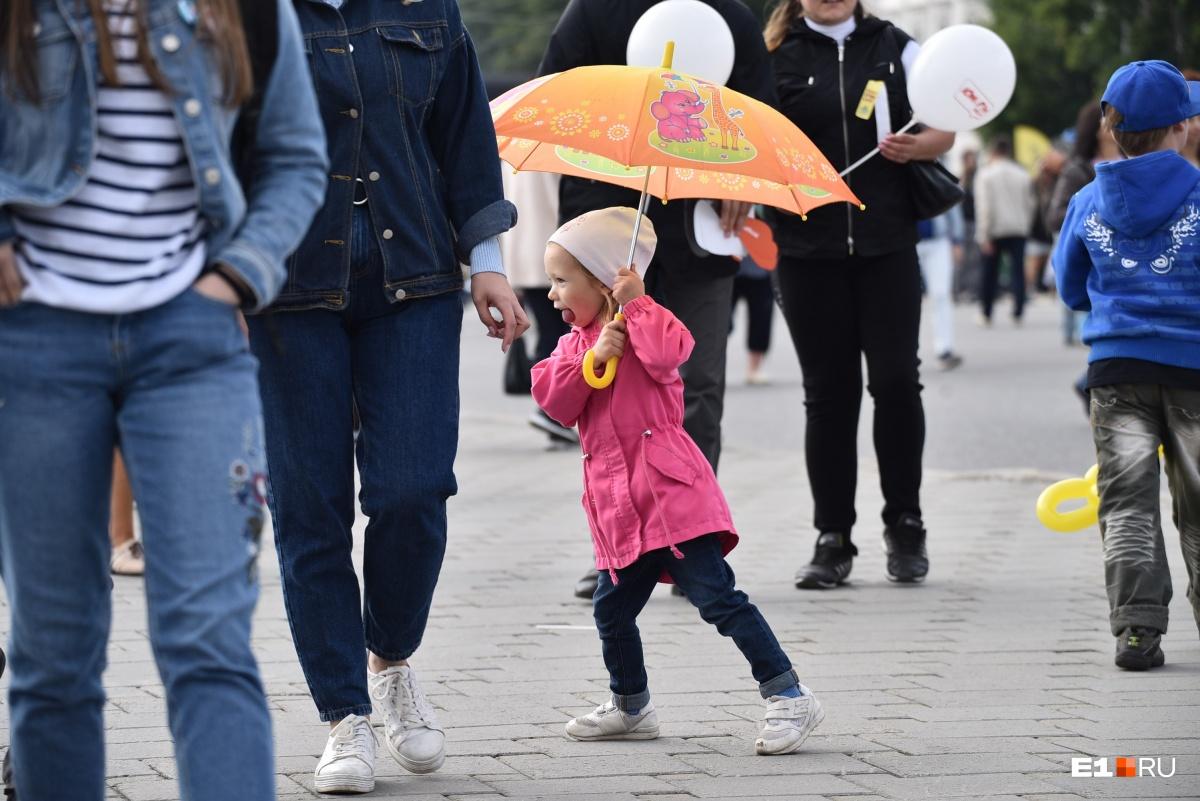 В какой-то момент погода испортилась и полил дождь. У самых подготовленных были с собой зонты. Синоптики, кстати,  предупреждали о дожде заранее