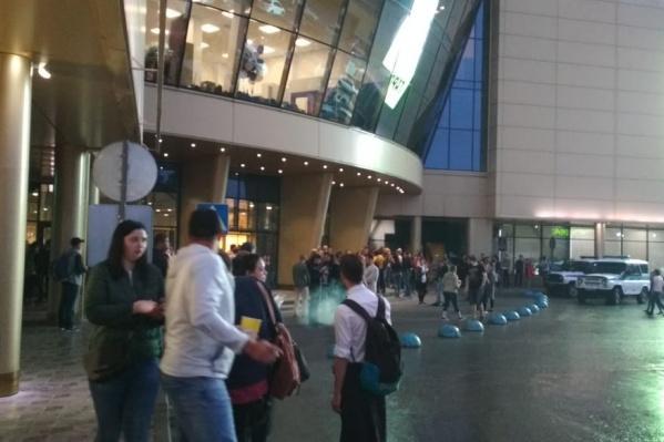 Всего эвакуировали около 100 человек