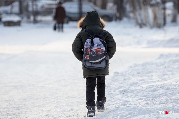 Теперь школьник ходит на индивидуальные уроки и занимается с психологом, но большую часть времени проводит дома