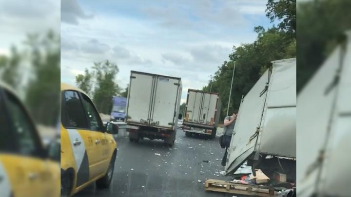 «От прицепа будто оторвали кусок»: на выезде из Самары столкнулись два грузовика