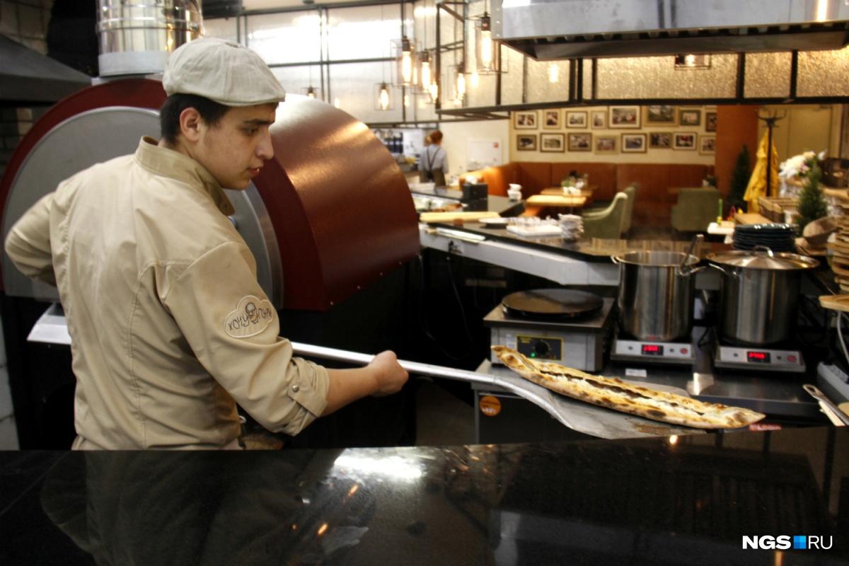 В ресторане поставили большую дровяную печь для пиццы