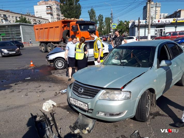 В центре Волгограда произошло ДТП с участием нескольких машин: есть пострадавшие - фото, фото-6