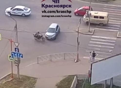 Иномарка сшибла мотоциклиста при дерзком маневре у «Планеты»