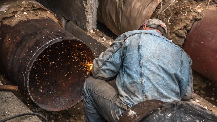 Рабочие ликвидировали прорыв теплотрассы на улице Антонова-Овсеенко