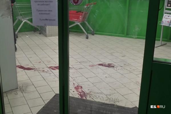 В холле магазина было много крови