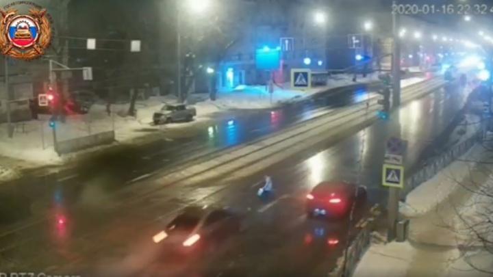 В Перми ищут водителя Infiniti, сбившего женщину на пешеходном переходе. Видео