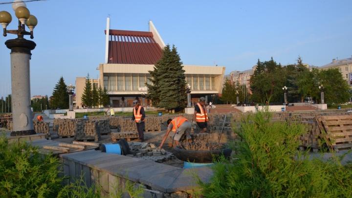 В Омске начали ремонтировать Театральную площадь