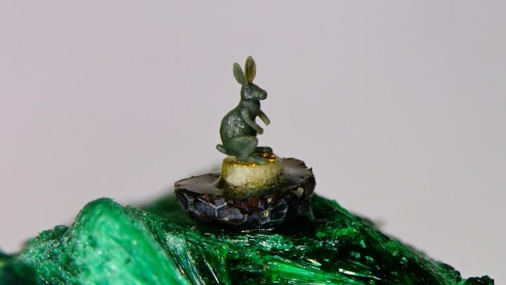 Сибиряк сделал фигурку миллиметрового зайца и посадил его верхом на маковое зёрнышко