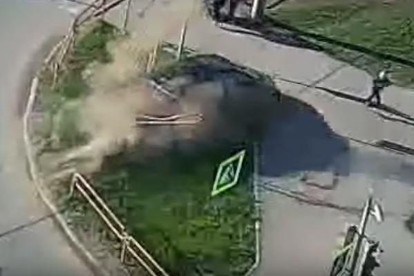 Только чудом водитель этой машины не задавил никого не тротоуаре
