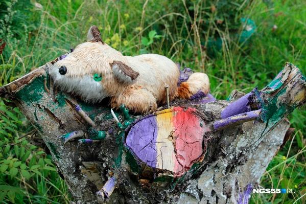 Мокренькая лисичка на пёстром пеньке с саморезами —странное, милое и пугающее одновременно зрелище
