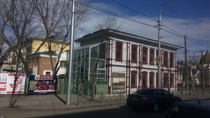 К старинному зданию на Маркса приделали стеклянную пристройку