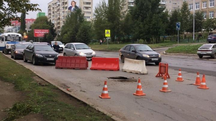 В Уфе устраняют карстовый провал, возникший на улице Комсомольской