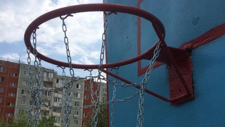 Волгоградцы воскресили заброшенную баскетбольную площадку для своих детей