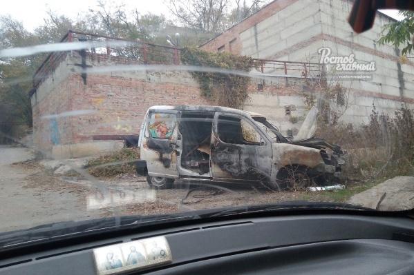 Машина, припаркованная на Державинском, превратилась в груду металла