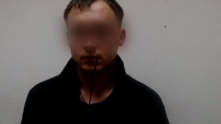 В Омске задержали вандала, который оторвал саблю от статуи Городового — его сдали родственники