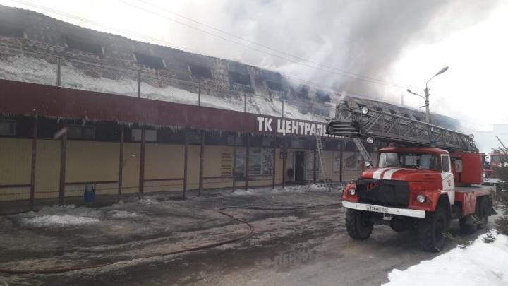 С пожаром в торговом центре Искитима справились к вечеру — огонь тушили 113 человек