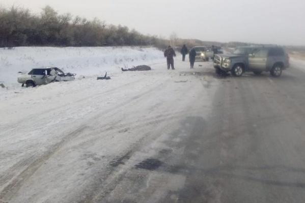 Сегодня утром на трассе столкнулись два автомобиля — погибли трое человек, в том числе дети