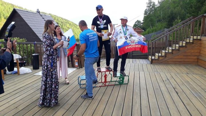 Новосибирец выиграл первое место на Кубке Байкала — он проплыл километр в ледяной воде