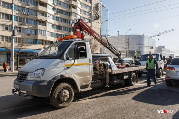 Эвакуаторы в Волгограде наловчились утаскивать автомобили за считаные минуты