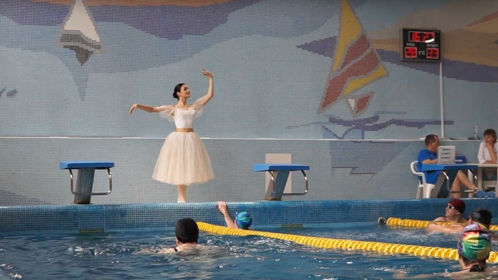 Балерина станцевала в бассейне на глазах у изумлённых пловцов