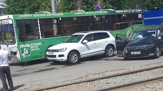 Перед ДТП Volkswagen Tiguan пытался повернуть налево