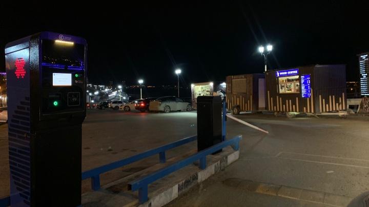 На платной парковке у тюменской набережной в первый же день сломали шлагбаум