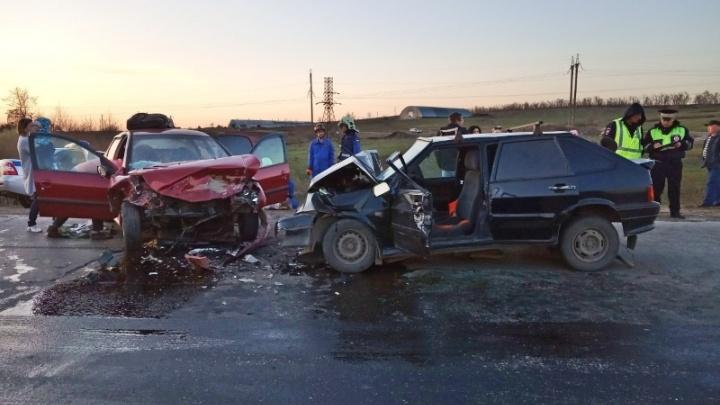 Кузов разорвало на части: под Самарой лоб в лоб столкнулись«Пежо» и ВАЗ-2114