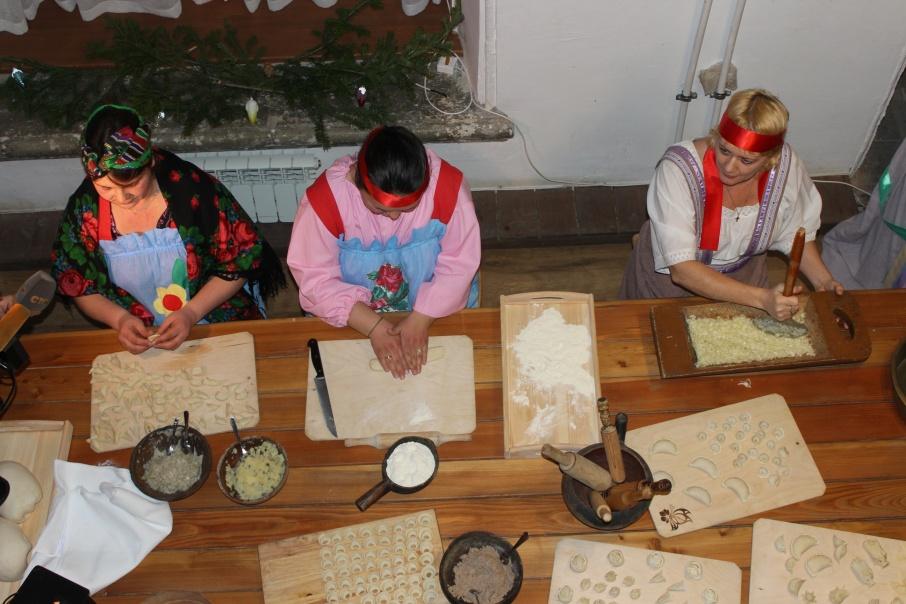 Лепить пельмени — давняя традиция жителей Урала и всей страны
