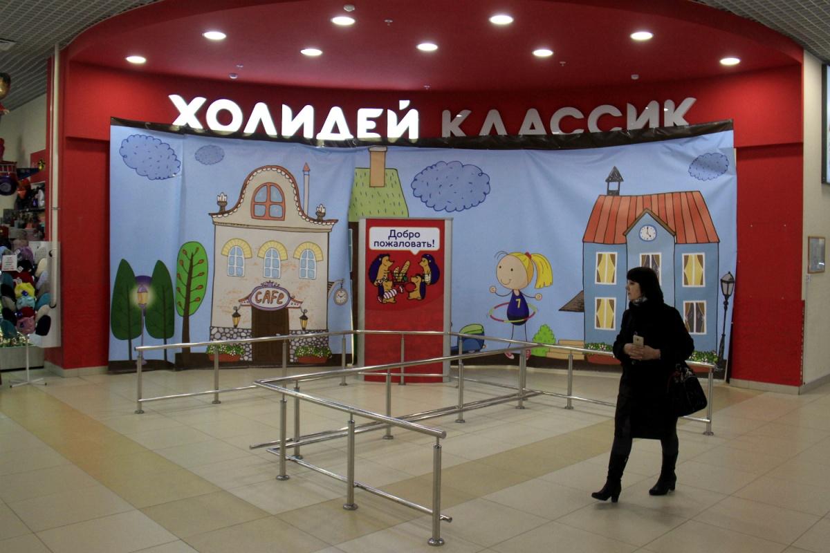 Большая часть помещения бывшего супермаркета закрыта и завешана баннерами
