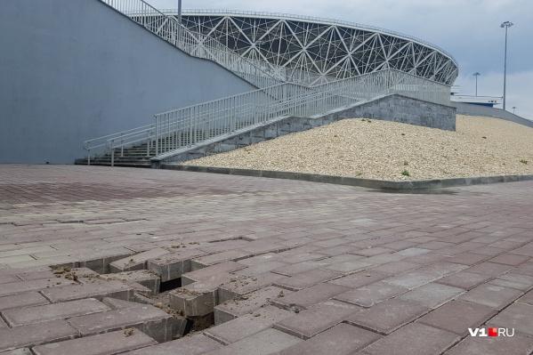 Земля с июля прошлого года буквально уходит из-под «ног» стадиона
