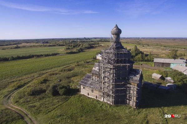 Вот так выглядит церковь, построенная без единого гвоздя в деревне Зачачье. Увы, этот памятник — «аварийка», а строительные леса стоят больше десяти лет